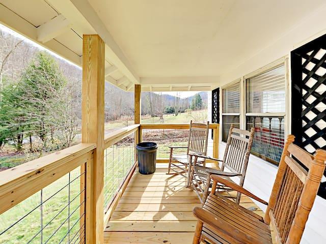 Updated Mountain Retreat w/ Back Deck & Hammock