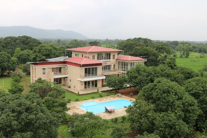 The Majestic Villa (Meals included in the price) - Karjat