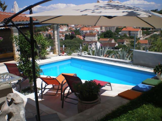 VILLA YANNIE - Comfort, pool, view, parking.
