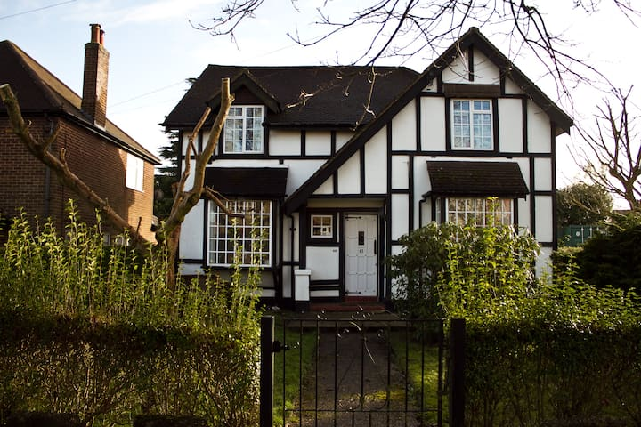 Warm, cosy, cute family house  - Caterham - Bed & Breakfast