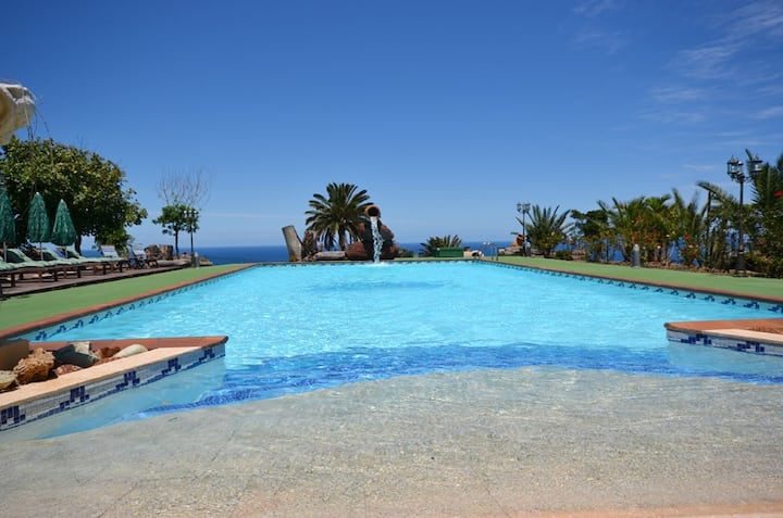 Great views of the sea, garden and large pool