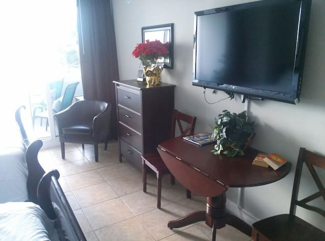 Lots of furniture for your comfort. Large cable TV, free wifi, dropleaf table and chairs for 4., 4 drawer dresser, comfortable chair. Two queen sleigh beds. Large comfortable balcony quiet, away from noisy Tiki and beach