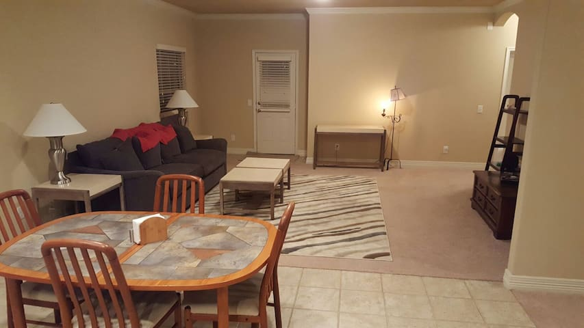 Comfy New Home with Private Bed and Bath - New Braunfels - Talo