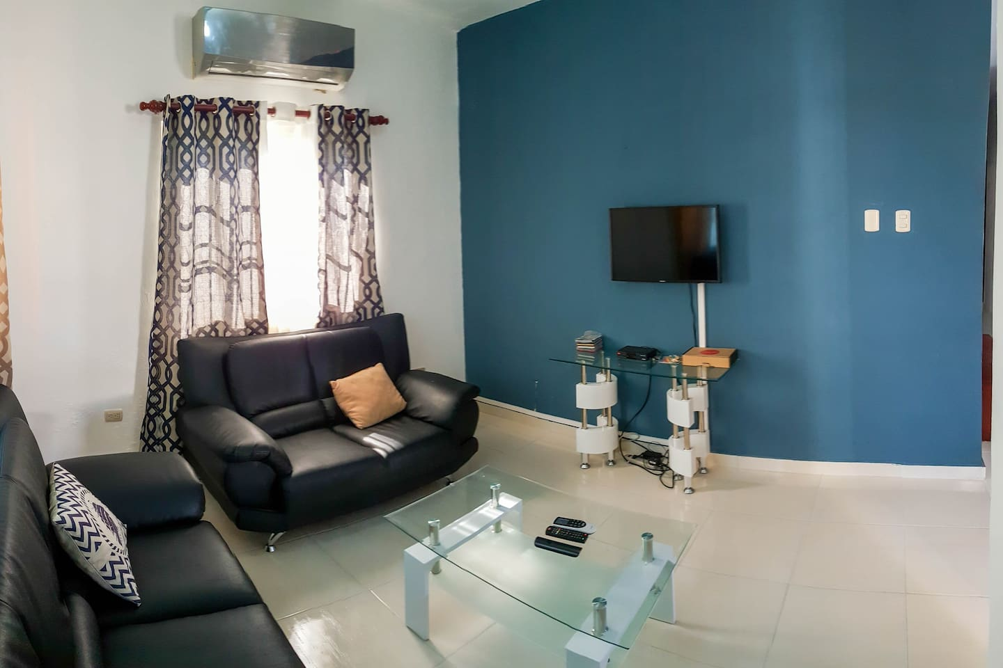 Living room, smart TV with Netflix and cable, air conditioning.
