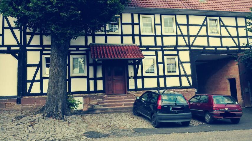 Vorderseite Wohnhaus mit Parkmöglichkeiten.