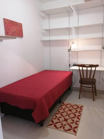 Quarto com cama de solteiro, foto1
