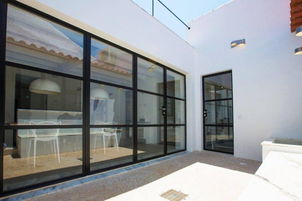 De patio van Casa do Largo is modern, ruim en beschut. Het hele huis is volledig gerestaureerd en nu zeer comfortabel.