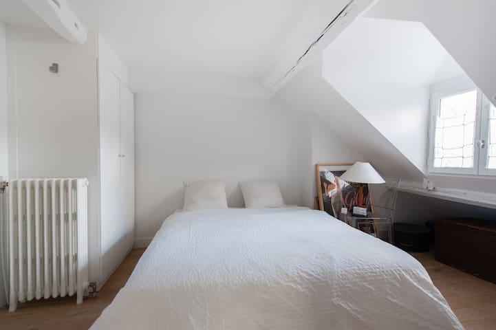 Chambre lumineuse, 2 placards, extrêmement calme