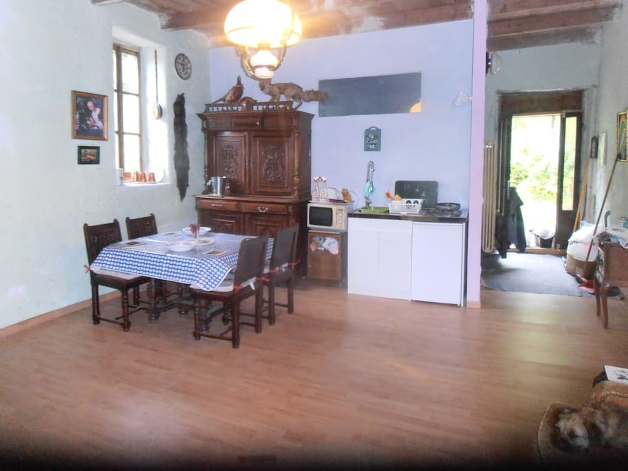 THE FRONT DOOR TO YOUR OWN WOOD DECK IN THIS STUDIO HERE IS THE KITCHENETTE IN THIS REFURBISHED STUDIO THAT WAS A COW SHED AND CHEESE FARM. NOW FOR ANIMALS. WOOD FLOOR AND ANTIQUE FRENCH FURNITURE