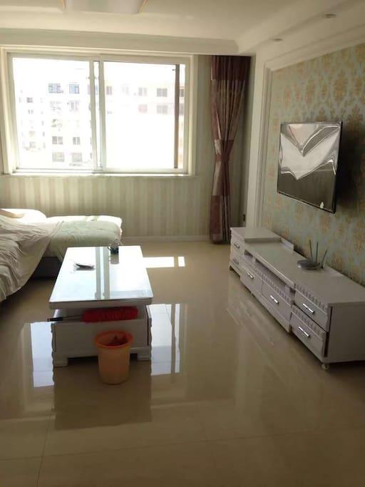 客厅,沙发很大,很舒服,可以睡一两个人哦☺有茶几,电视柜,一应俱全~都是新的呢!