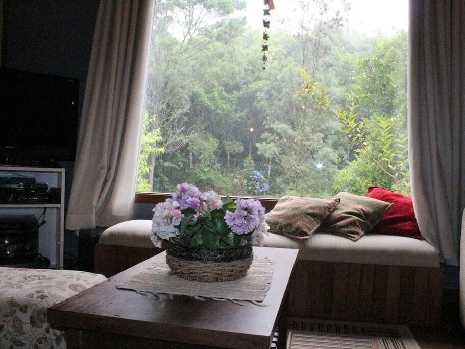 Sala de estar em dia de chuva.
