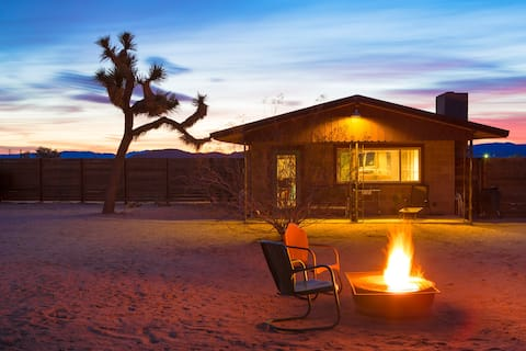 Leafe's Cabin in Joshua Tree is a true oasis in the desert. There is everything you need to have a comfortable stay, even a Jacuzzi in the Garden! The house is very clean and Leafe was very helpful and quick to answear to our questions.