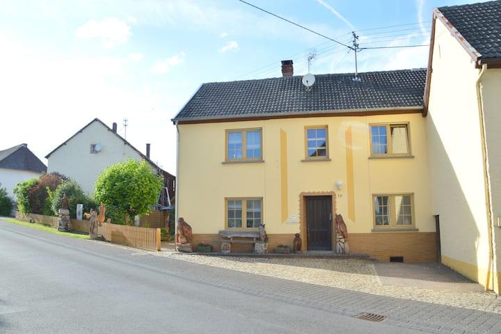 Espaciosa casa de vacaciones en Oberkail con jardín privado