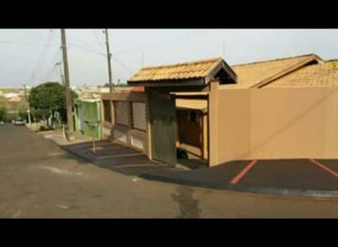 Casa inteira, de esquina, em bairro de Cambé