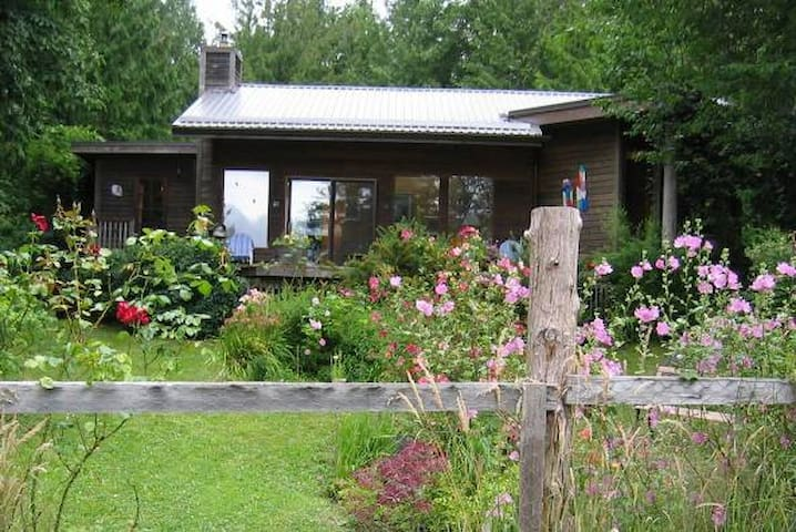 KEMA Waterfront Home on Hornby Is. - Hornby Island - Casa