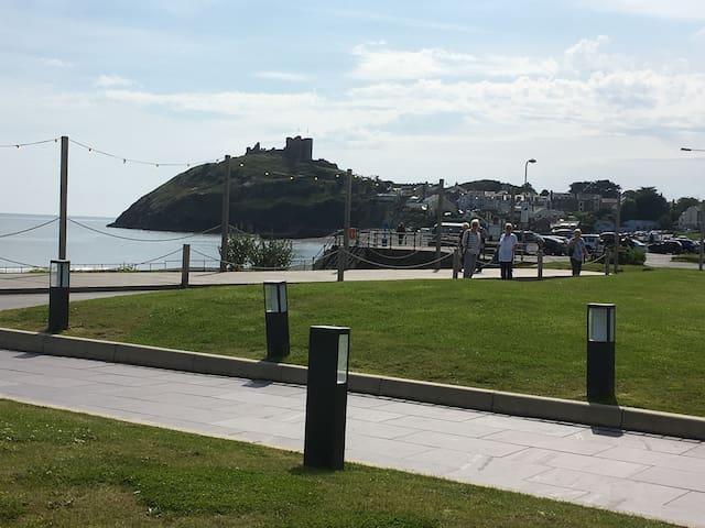 Castle View at Cân Y Môr