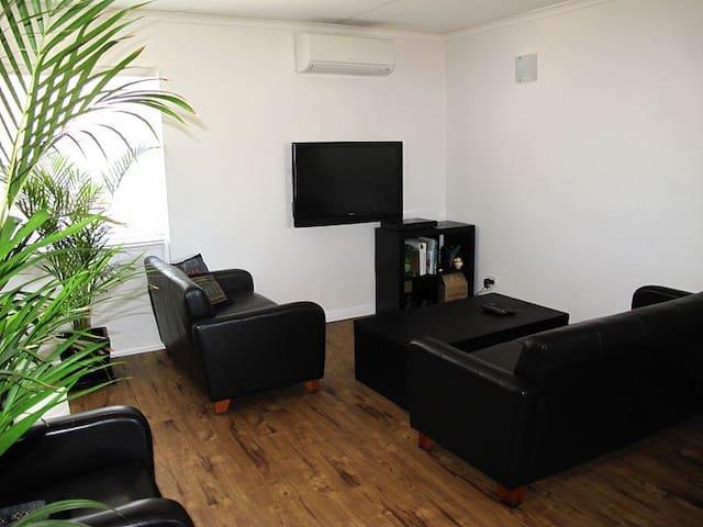 2 BR Apartment:  Dutton Park - Dutton Park - Leilighet