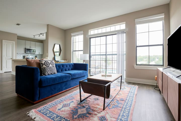 Sonder | East Eleventh | Desirable 2BR + Pool