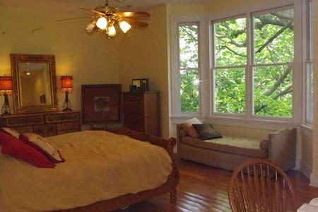 """Romantic """"Seipelt Suite"""" in historic home."""