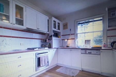 frankston CBD @bargain price in the clean house - Frankston - Hus
