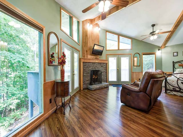 Woodsong, 1 Bedroom, Sleeps 2, Hot Tub, Wood Fireplace, Pet Friendly