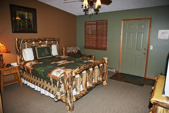 Suite with Full Kitchen, Queen bed, Patio with Personal Grill
