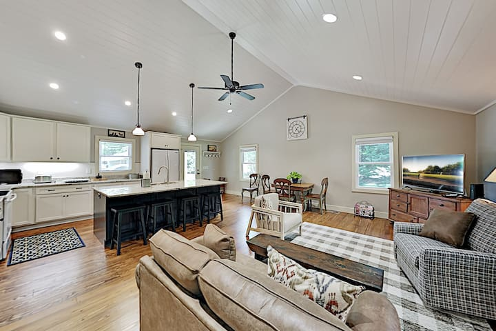 Charming Getaway w/ Luxe Interior & Screened Patio