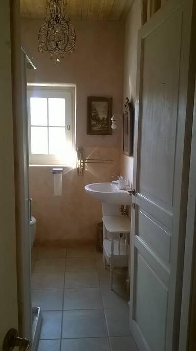 bagno con doccia, impermeabilizzato in cera d'api