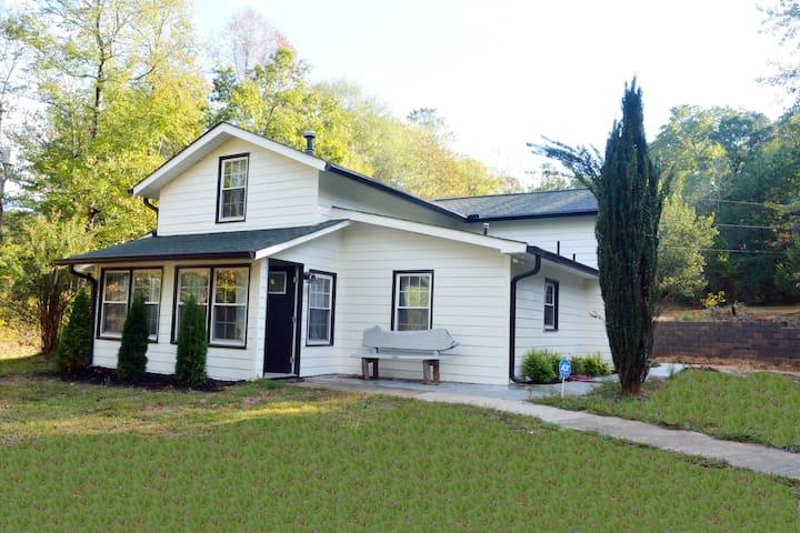 Lakefront Cottage (Hidden Cove Farmhouse)