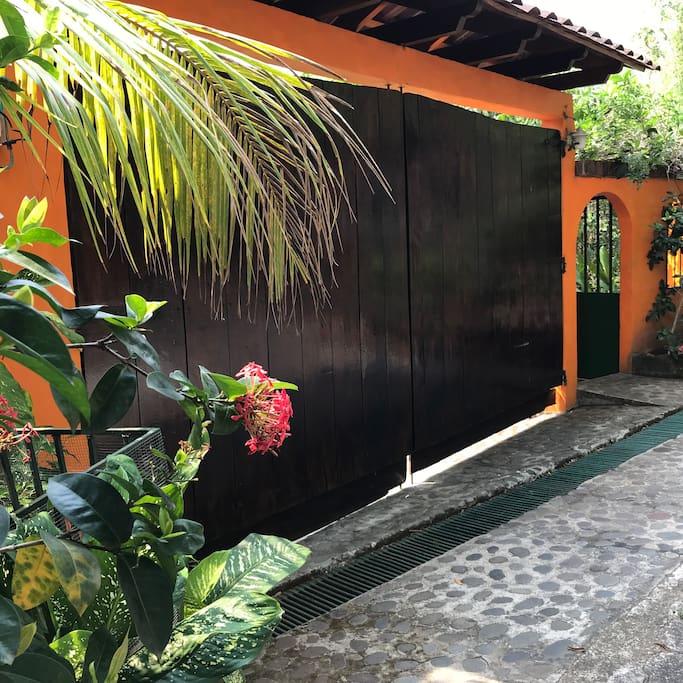 Las Acacias #28 C Portón p/ vehículos y porch