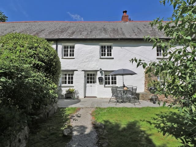 2 ROSE COTTAGES, pet friendly, with open fire in St Agnes, Ref 962660
