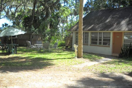 Waterfront A Bit Of Paradise  1BR/1BT Cottage VR 1 - Titusville - Blockhütte