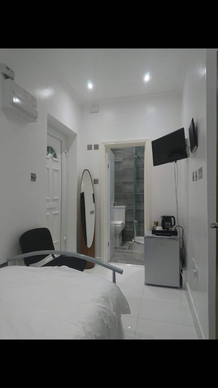 Ensuite single modern room in twickenham
