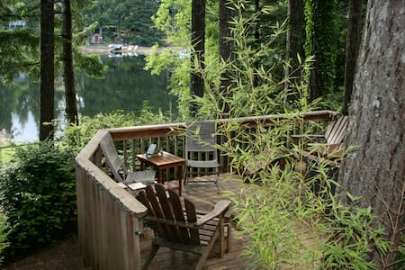 Cozy, romantic lakefront log cabin - Gig Harbor - Kulübe