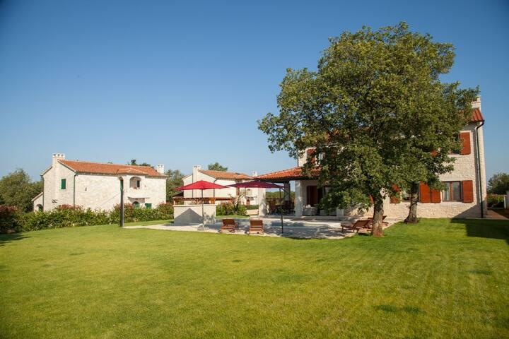 Village (3 Villas) for 25 people - Višnjan - Villa