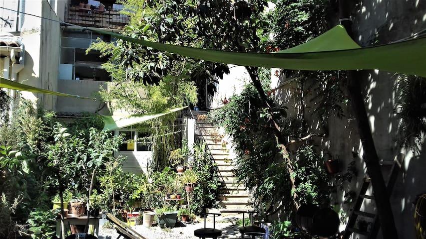 Petite maison de 25m2 au fond d'un jardin