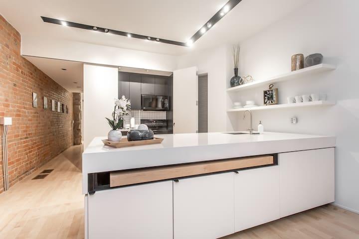 Luxury Designer 1 Bedroom in Queen West, Sleeps 4