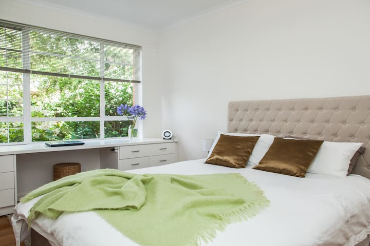 Botanic Gardens BEST location Sth Yarra 3141