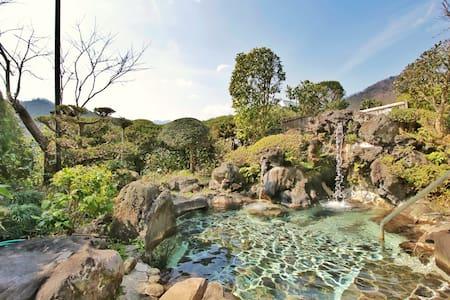 都心からのアクセスが便利!樹林に囲まれた天然石の露天風呂と、四季の料理が自慢の和風旅館 - Atsugi-shi - Ryokan (Japan)