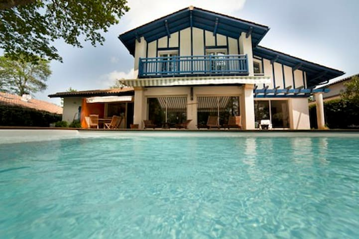 house next to golf swimming pool - Bassussarry - Villa