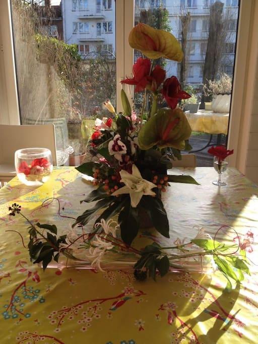 Le coin du petit-déjeuner face au jardin fleuri.