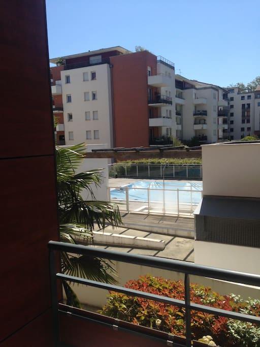 Vue depuis la terrasse sur la piscine