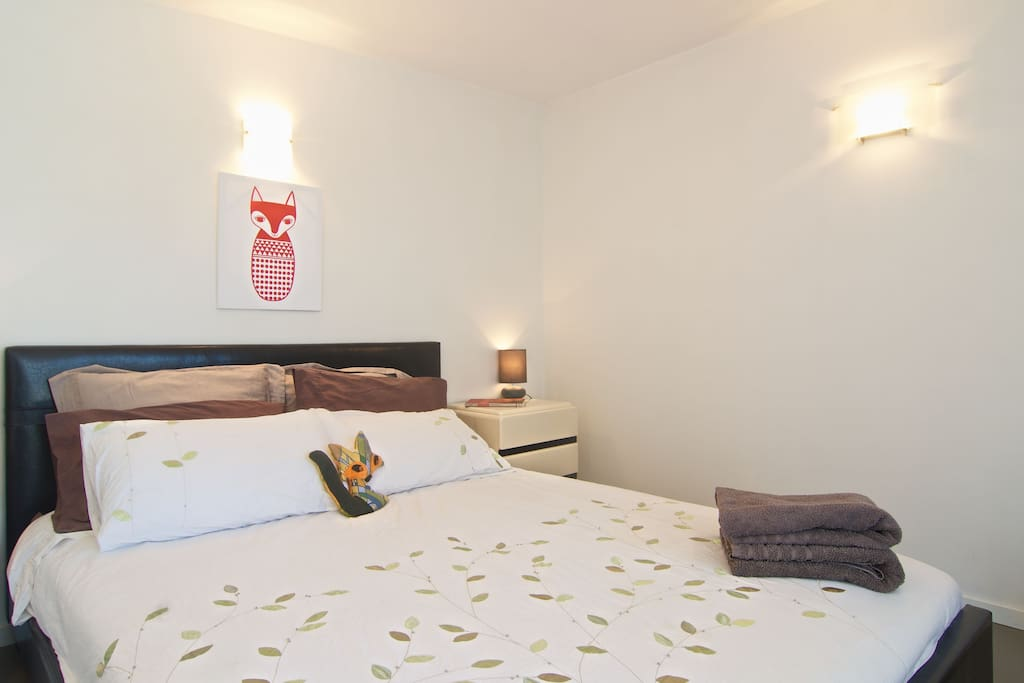 Private cottage room with queen bed (Bedroom 3)