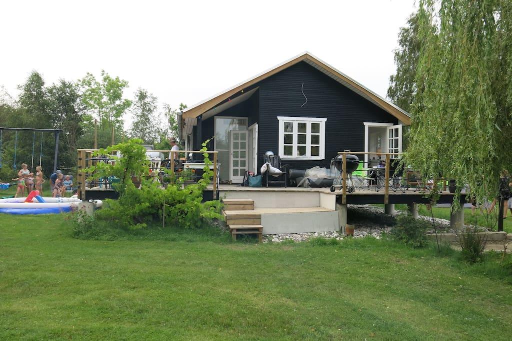 Skønt sommerhus med stor træterrasse