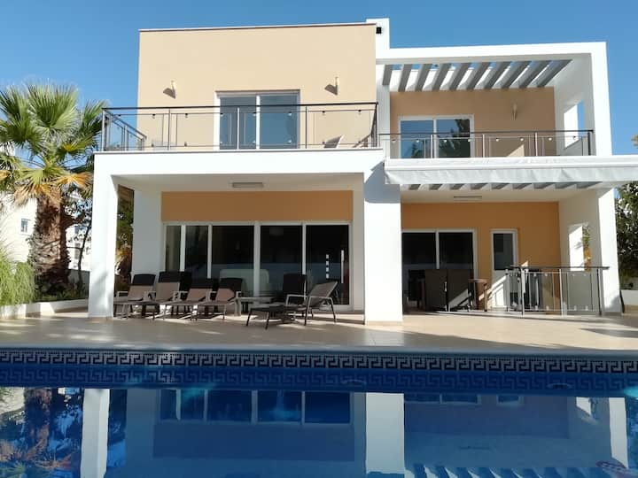 Beautiful villa with pool near beaches and Alvor