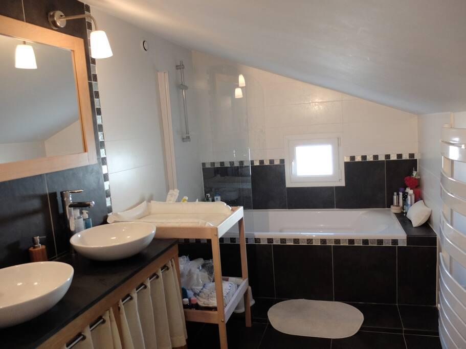 SDB étage avec baignoire et WC