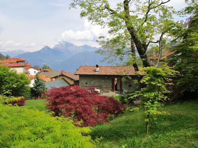 Giardino incantevole, casa spaziosa e luminosa - Breglia - Huis