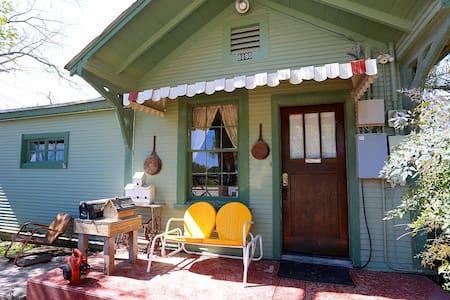 Riley's Creekside Cottage