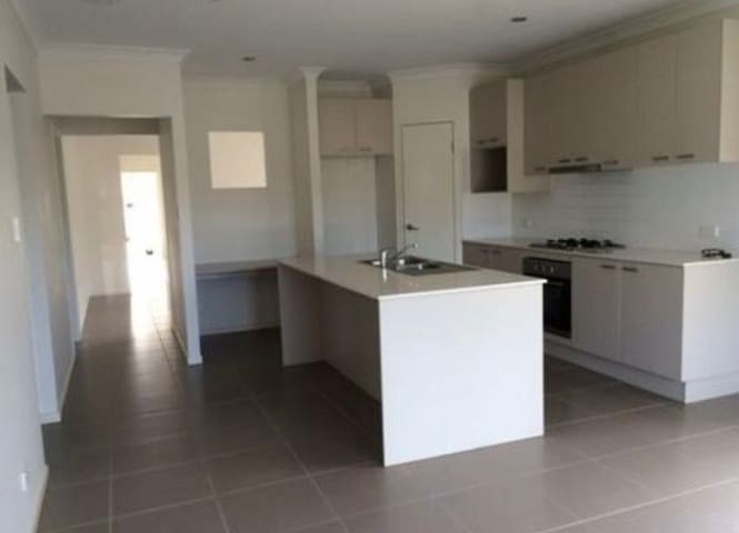 Modern 4 BDR house close to beach and major shops - Rothwell - Huis