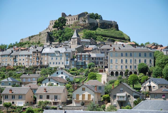 vue générale de Séverac le château Le logement est sous l'Eglise.